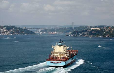 Öljytankkeri oli matkalla kohti Mustaamerta Bosporinsalmella Istanbulin kohdalla kesällä 2012.