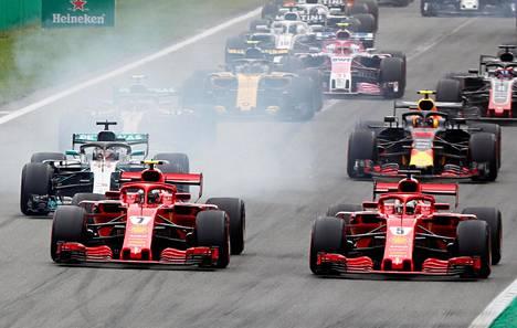 Kimi Räikkönen (7) piti pintansa Monzan lähdössä ja pystyi pitämään ensimmäisissä mutkissa ykkössijansa.