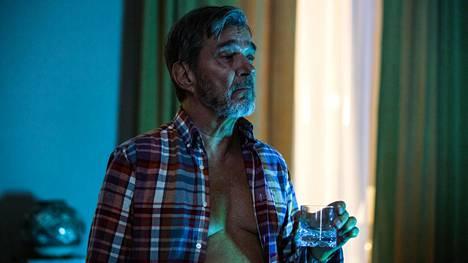 Tukholmalainen rikospoliisi Evert Bäckström (Kjell Bergqvist) vaipuu aina välillä ajatuksiinsa ja kuvittelee uhrin kurjan kohtalon.