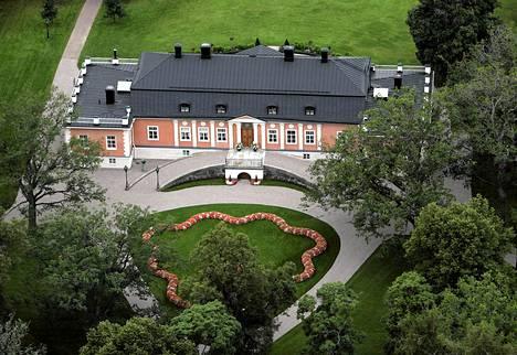 Investointipankkiiri Björn Wahlroos on yksi Suomen rikkaimmista miehistä. Wahlroos osti Salossa sijaitsevan Joensuun kartanon vuonna 2001. Hän lahjoitti sen hiljattain pojalleen.