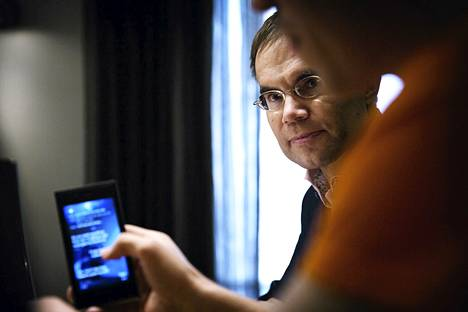 Toimitusjohtaja Tomi Pienimäki ja Jollan matkapuhelin.