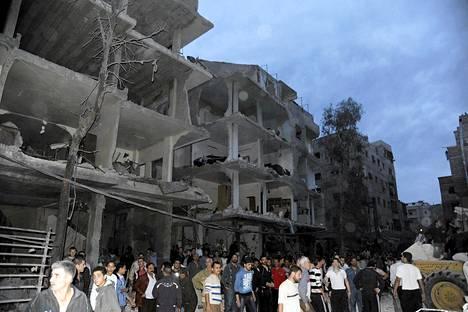 Ihmiset kokoontuivat autopommi-iskussa vahingoittuneiden rakennusten eteen Daf al-Shokin alueella Damaskoksessa.