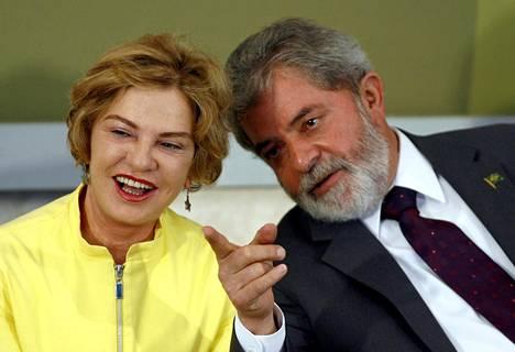 Brasilian ex-presidentti Luiz Inacio da Silva keskusteli vaimonsa Marisa Letician kanssa yleisötapahtuman katsomossa vuonna 2007.