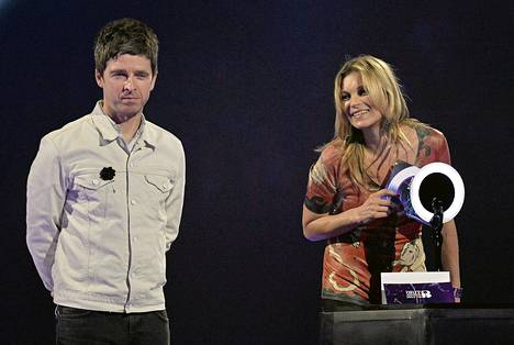 Huippumalli Kate Moss otti vastaan David Bowielle myönnetyn palkinnon Brit Awards -palkintogaalassa keskiviikkona. Vieressä muusikko Noel Gallagher.