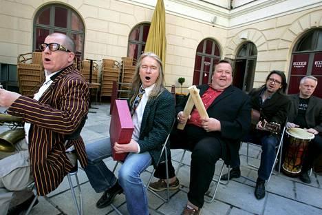 Lapinlahden linnut palasi vuonna 2006 lavoille alkuperäiskokoonpanossaan, ja mukaan liittyi myös vuonna 1992 yhtyeestä lähtenyt Mikko Kivinen. Kuvassa vasemmalta Timo Eränkö, Matti Jaaranen, Mikko Kivinen, Veli-Pekka Oinonen ja Hannu Lemola.