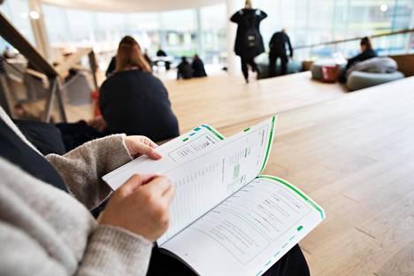 Keväällä Suomeen muuttanut nainen opiskelee nyt suomea itse löytämällään kurssilla. Hän kokee aiemmalla, liian helpolla kurssilla vietetyn kuukauden menneen hukkaan.