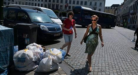 Jalankulkijat väistivät roskasäkkejä Brysselin keskustassa tiistaina.
