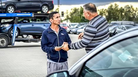 Kirgisiaan autoja ostava Muhammed Usupdžanov (vas.) neuvottelee Opel Astrasta liettualaisen kauppiaan kanssa Marijampolėn autotorilla. Hänen ostamansa autot viedään Keski-Aasiaan junalla.