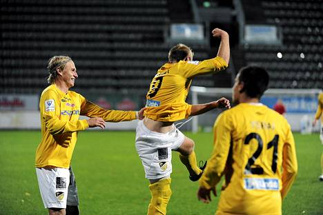 FC Hongan Hernri Aalto ( vas. ) ja Jussi Vasara juhlivat 2-2-maalia Interiä vastaan syyskuussa. Nyt kaksikolta uhkaa kadota joukkue alta.