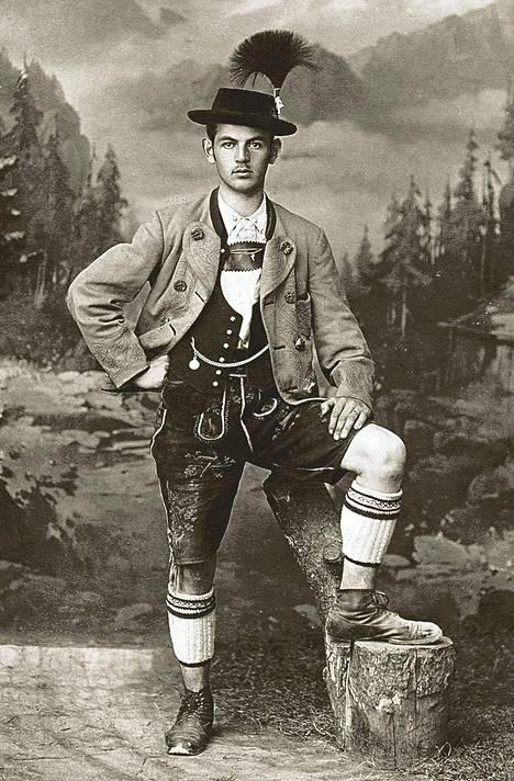 Mies poseerasi nahkahousuissaan 1900-luvun alussa.