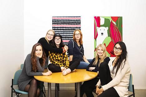 Osallisuuden ajan nuoria aikuisia viikoittaisessa tapaamisessaan. Kuvassa vasemmalta Maya Waitara , Aino Taipalus , Noora Hämäläinen , Elina Kollanus , Vilma Vähämaa ja Melissa Heenbatantirige.