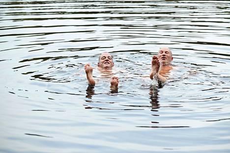 Tapio Lehtinen ja Ari Huusela vilvoittelemassa järvessä savusaunan jälkeen.