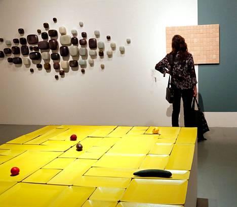 Laajaan Keramiikka tilassa – Keramiikan tila –näyttelyyn osallistui viime syksynä Designmuseossa 43 taiteilijaa ja työryhmää, ja heiltä kyseltiin kokemuksia työstä, työajasta ja ansioista.