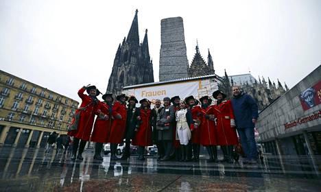 """Karnevaalien henkilökunta poseerasi keskiviikkona Kölnin keskustassa karnevaaleja varten olevalla """"naisten turvapisteellä"""". Piste on yksi toimista, joilla viranomaiset yrittävät estää uudenvuoden joukkoahdistelun toistumisen."""