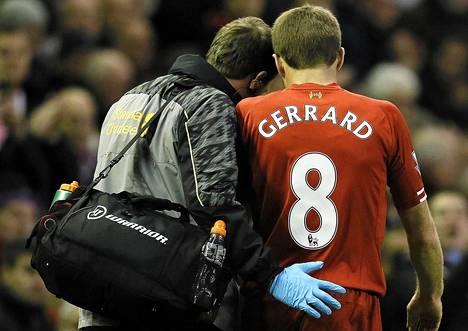 Liverpoolin lääkäri saatteli Steven Gerrardin vaihtoon ottelussa West Hamia vastaan.