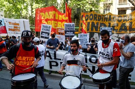 Mielenosoittajat soittivat rumpuja Argentiinan työministeriön edustalla lokakuussa. He vaativat minimipalkan korotusta, sosiaalitukien parannusta ja lisää työpaikkoja.
