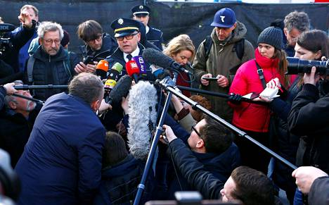 Media piiritti Nordhessen poliisin edustajaa tiistaina tiedotustilaisuudessa, jossa kerrottiin Volksmarsenin paraatiin maanantaina kohdistuneesta hyökkäyksestä.