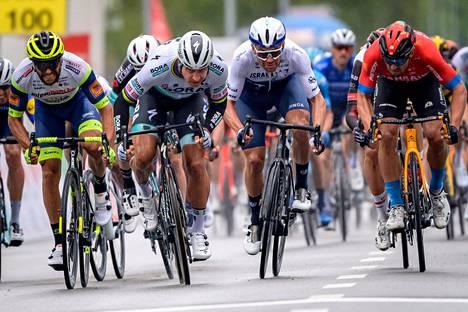 Peter Sagan (etualalla toinen vasemmalta) kiri ykkösenä maaliin Tour de Romandie -kilpailun ensimmäisellä etapilla keskiviikkona.