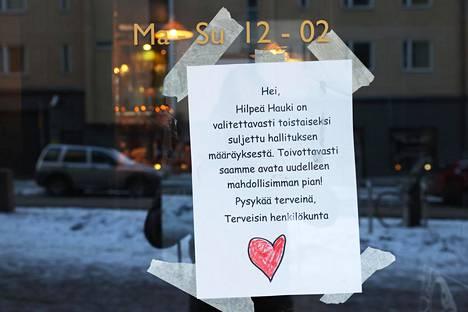 Osa ravintoloista oli sulkenut jo ovensa maanantaina. Lappu Hilpeän Hauen ovessa Vaasankadulla.