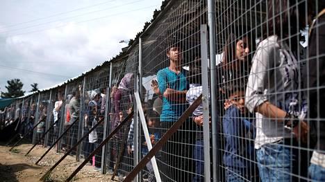 Siirtolaisia tilapäisessä majoitusleirissä Kreikan ja Makedonian rajalla 2016.