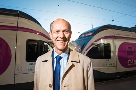 Suomalaisjunat kiinnostavat MTR:n johtaja Jeremy Longia, sillä yhtiö osallistuu pääkaupunkiseudun lähijunaliikenteen tarjouskilpailuun.
