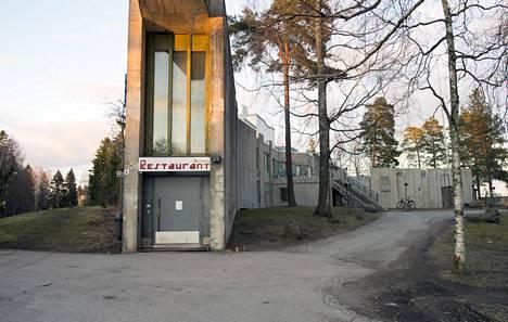Arkkitehti Kurt Mobergin suunnittelema rakennus edustaa vapaamuotoista betonirakentamista.
