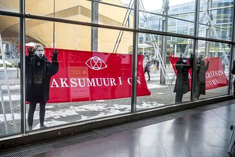 Elokapinan mielenosoittajat vaativat mediataloilta kattavampaa ja totuudenmukaista ilmastokriisin uutisointia Sanomatalon edustalla Helsingissä maanantaina.