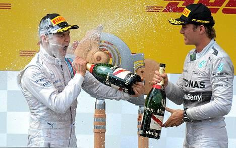 Valtteri Bottas (vas.) ja Nico Rosberg juhlivat palkintopallilla Itävallan GP-kisan jälkeen.