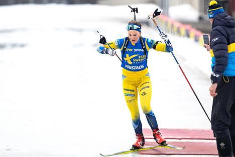 Stina Nilsson Ruotsin ampumahiihtomaajoukkueen harjoituksissa Östersundissa tiistaina. Valmentaja Jean-Marc Chabloz seurasi suoritusta.