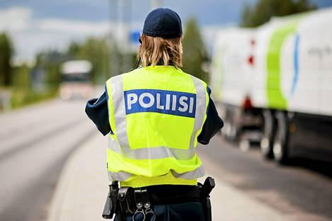 Liikkuvan poliisin konstaapeli valvoi liikennettä Nesteentiellä Porvoossa elokuun alussa.