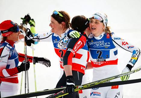 Hopeaa sprinttiviestissä voittanut Stina Nilsson (oik.) saa onnitteluhalauksen Puolan Justyna Kowalczykilta. Puola tuli kisassa kolmanneksi. Taustalla Nilssonin kanssa hiihtänyt Ida Ingemarsdotter ja Kowalczykin hiihtopari Sylwia Jaskowiec (vas.).