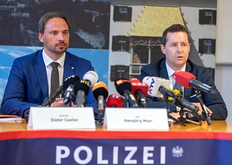 Itävallan poliisin edustaja Dieter Csefa (vas.) ja Innsbruckin syyttäjä Hansjoerg Mayr puhuivat lehdistötilaisuudessa Innsbruckissa keskiviikkona.