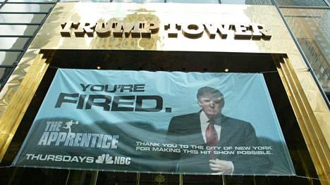 The Apprentice - eli Diili-televisiosarjan mainos Trump Towerin edustalla vuonna 2004. The New York Timesin selvityksen mukaan Trump Towerin kaupallisten tilojen ulosvuokraus on edelleen kannattavaa, ja Diilistä Trump sai suuret voitot. Kehnot kiinteistö-, hotelli- ja golfbisnekset ovat tuottaneet hänelle kuitenkin jopa miljardiluokan velat, joista suuri osa erääntyy lähivuosina.