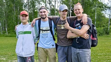 Juho Loukko (vas.), Santeri Kamila, Markku Samppala ja Timo Seppälä ovat hurahtaneet frisbeegolfiin.