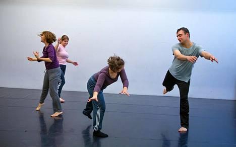 Neljä x duetto + 1 -teos kohottaa esiin tanssijoiden vuorovaikutuksen.