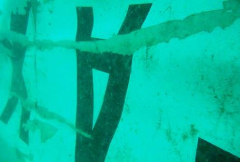 Yhdessä vedenalasiessa kuvassa näkyy nurin päin oleva iso A-kirjain.