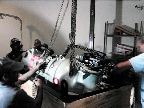 Meksikon viranomaisten julkistama valokuva näyttää radioaktiivista ainetta sisältävän laitteen. Kuvassa sitä ollaan nostamassa kuorma-autoon, joka myöhemmin varastettiin.