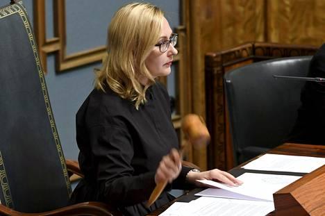 Puhemies Maria Lohela (sin) käytti nuijaansa eduskunnan syysistuntokauden avajaisistunnossa 5. syyskuuta.