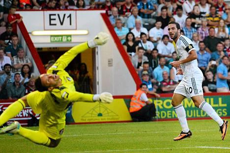 Real Madridin Gonzalo Higuaín yritti laukoa pallon ohi Bournemouthin maalivahdin Darryl Flahavanin viime viikolla pelatussa harjoitusottelussa. Higuaín siirtynee Napoliin.