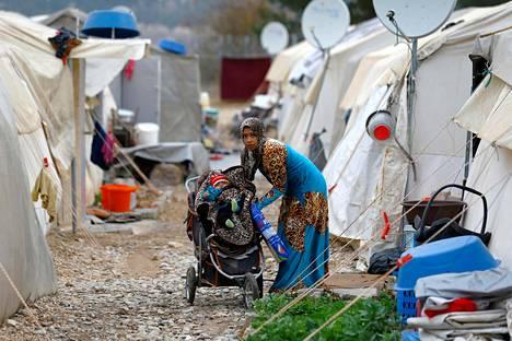 Syyrialaisäiti hoiti lastaan Nizipin pakolaisleirissä Turkissa lähellä Turkin ja Syyrian rajaa marraskuussa.