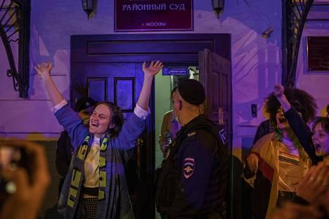 Doxan toimituskunnan jäsen Natalia Tyškevitš tervehti kannattajiaan keskiviikkoiltana heti vangitsemisoikeudenkäynnin jälkeen oikeustalolla Moskovan keskustassa.