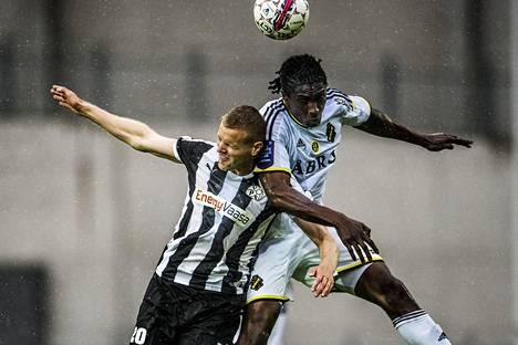 AIK:n Dickson Etuhu (oik.) taisteli sadesäässä pääpallosta VPS:n Juho Mäkelää vastaan Eurooppa-liigan karsintaottelussa heinäkuussa 2015.