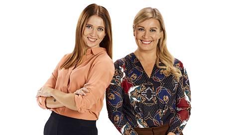Studio-ohjelmaa juontavat uutistoimittajat Nina Rahkola ja Kirsi Alm-Siira.