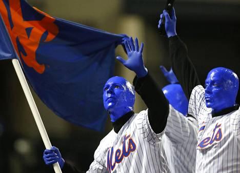 Joukko The Blue Man Groupin jäseniä esiintyi Arizona Diamondbacksin ja New York Metsin välisen baseballottelun puoliajalla New Yorkissa 11. syyskuuta.