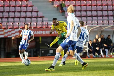 Ilveksen Jair laukoi ottelussa HJK:ta vastaan.