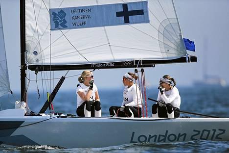 Silja Lehtisen (peräsimessä) venekunta hävisi eilisen match race -välierän Australiaa vastaan vain muutamalla sentillä. Miehistössä Mikaela Wulff (vaaleat hiukset) ja Silja Kanerva.