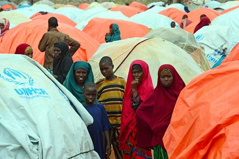 Terroristijärjestö Al-Shabaabia ja kuivuutta paenneita somalialaisia leirillä Somalian Baidoassa viime toukokuussa.