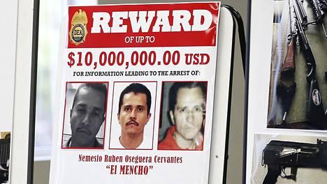 Meksikolaisen huumeparonin Nemesio ''El Mencho'' Osegueran etsintäkuulutusjuliste oli esillä Yhtysvaltojen San Diegossa järjestetyssä huumetakavarikkoa koskeneessa poliisin tiedotustilaisuudessa maaliskuussa.