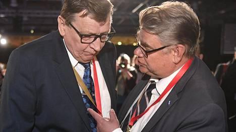 Raimo Vistbacka (vas.) ja Timo Soini johtavat perussuomalaiset-puolueesta eristettyä säätiötä, jolla on miljoonaomaisuus.