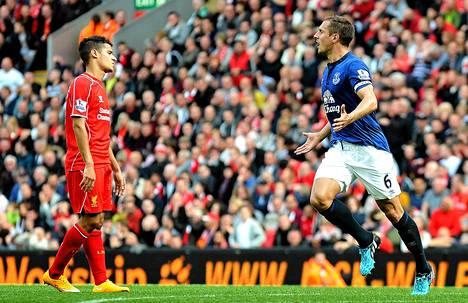 Phil Jagielka (oikealla) teki komean tasoitusmaalin Evertonille.